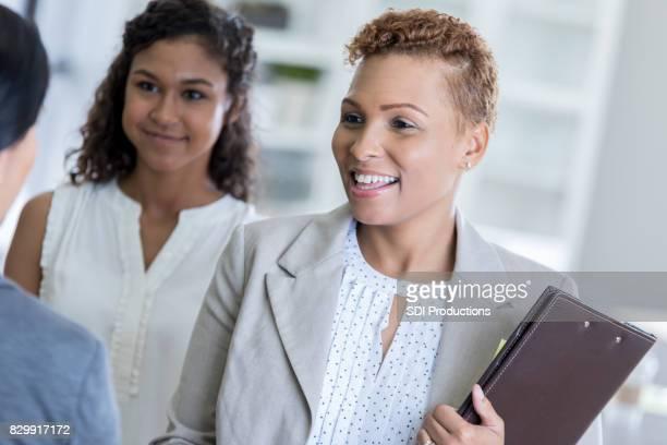 Afrikanische amerikanische weibliche Führungskraft trifft sich mit client
