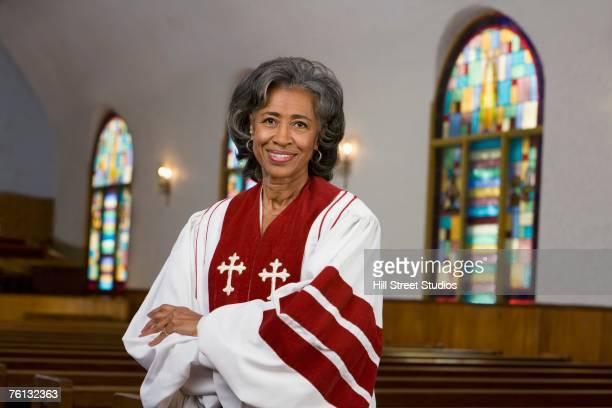 african american female reverend with arms crossed - reverendo clerecía fotografías e imágenes de stock