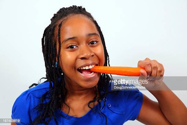 Afroamerikanische Mädchen Essen Karotten