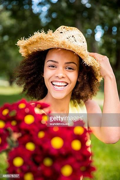 Fille afro-américaine avec chapeau dans un parc