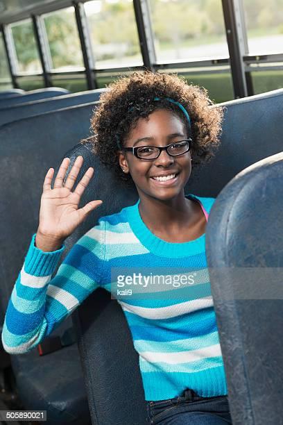 African American girl en autobús de colegio