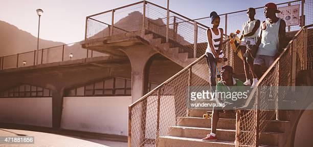 Afro-americano longboarders olhar fresco em um ambiente urbano