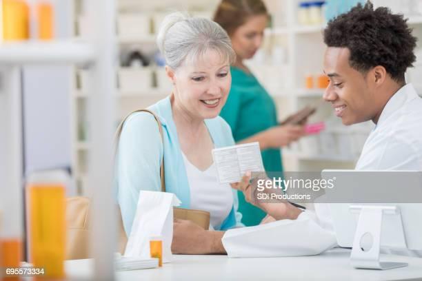 アフリカ系アメリカ人の男性薬剤師レビュー顧客と薬