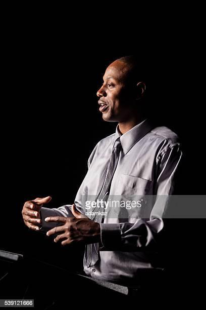 アフリカ系アメリカ人男性作り、音声で、ポディウム