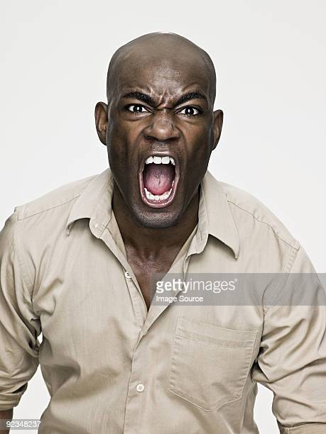 アフリカ系アメリカ人男性叫ぶ