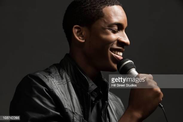 afro-americano homem cantando em microfone - cantora - fotografias e filmes do acervo