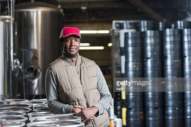 Homme afro-américain travaillant à la microbrasserie