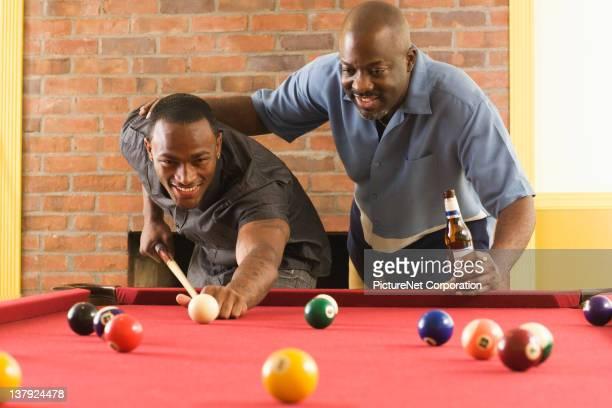 afroamerikanische männer spielt pool - poolbillard billard stock-fotos und bilder