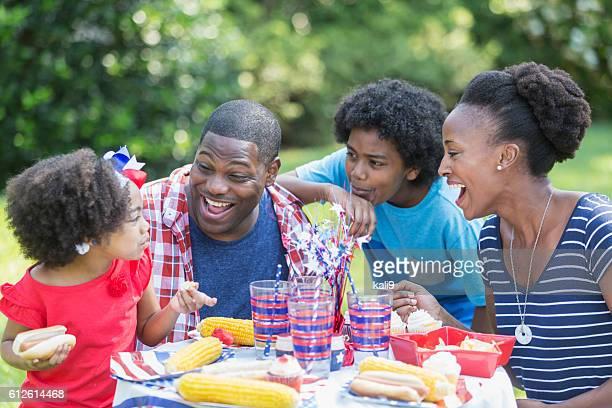 Famille afro-américaine de course mixte à 4 juillet de pique-nique