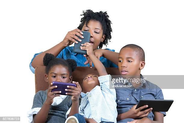 Afro-Américain mère et enfants Organisez des appareils numériques