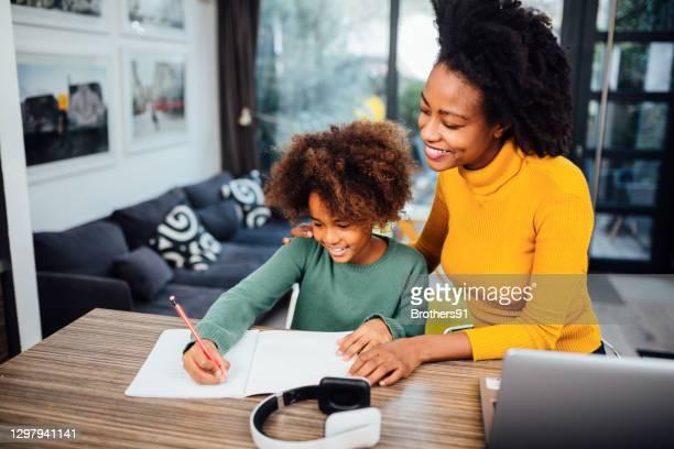 madre afroamericana con la figlia a casa - incoraggiamento foto e immagini stock