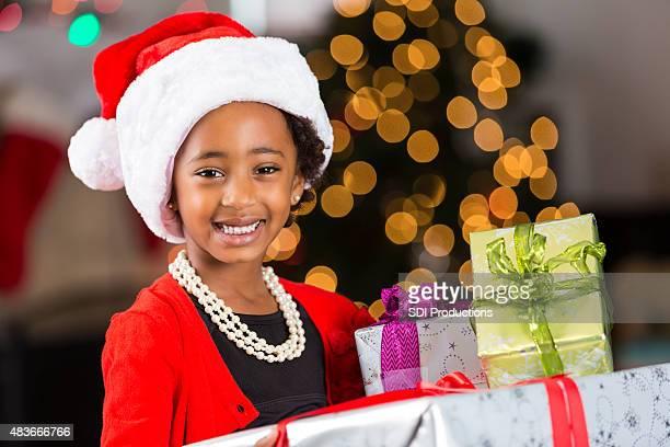 Enfant d'âge pré-scolaire fille afro-américaine avec des cadeaux de Noël