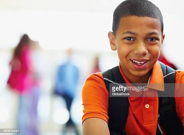 Garçon afro-américain école avec des amis à l'arrière-plan