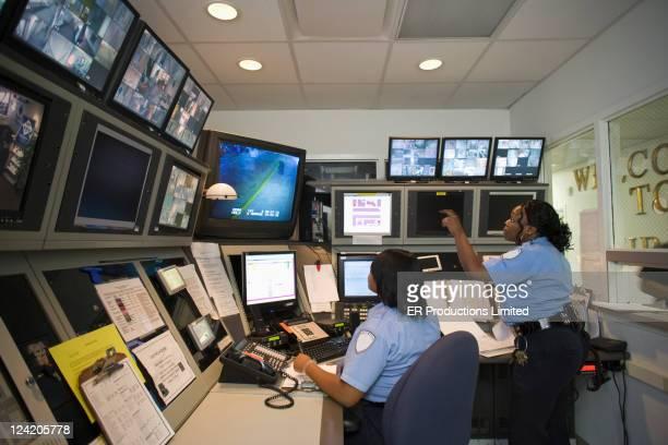 afro-americana guardas trabalhando em sala de controle - ofício de segurança - fotografias e filmes do acervo