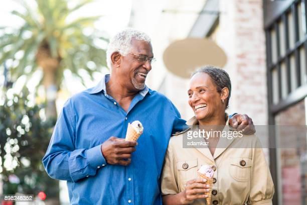 African American älteres Paar in der Stadt mit Eis