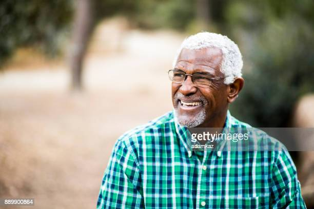 african american senior man in natuur portret - wit haar stockfoto's en -beelden
