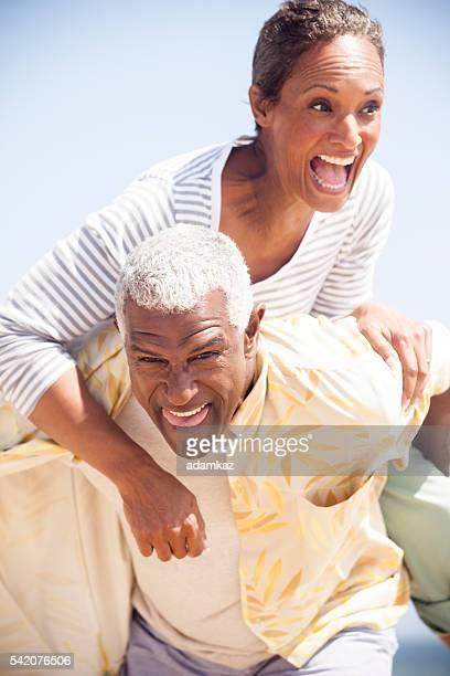 African American Senioren zusammen am Strand
