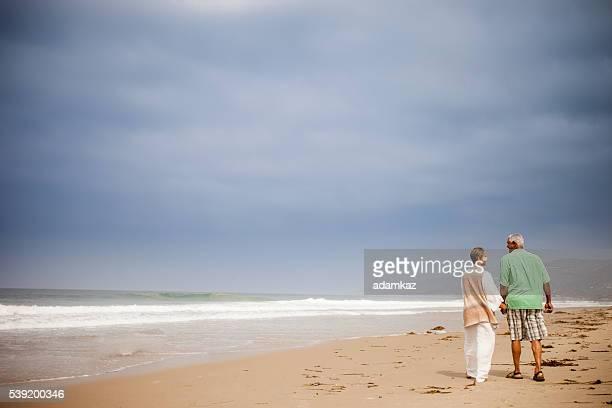 afro-americano seniors a caminhar pela praia - african american ethnicity imagens e fotografias de stock