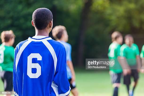 le gardien de but de soccer afro-américain attend d'entrer dans le match - tenue de football photos et images de collection