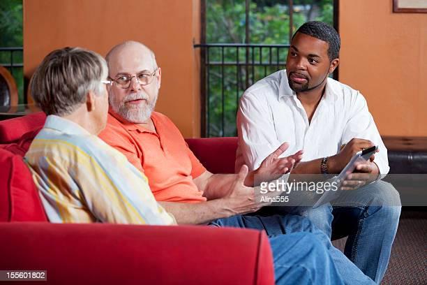 afro-americana assistente social consulta com casal de idosos - assistente social - fotografias e filmes do acervo