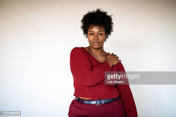african american woman against white background - afro americano - fotografias e filmes do acervo