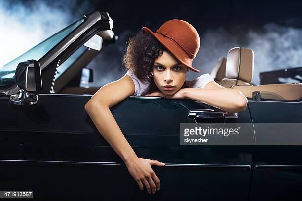 Afrikanische amerikanische Frau und alten Stoppuhr dem Auto.