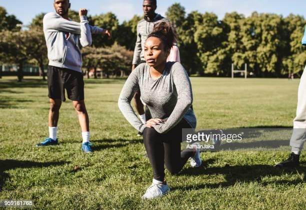mulher afro-americana a fazer lunges no parque - flexionando perna - fotografias e filmes do acervo
