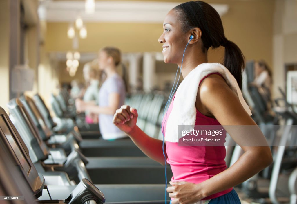 African American woman exercising on treadmill in gym : ストックフォト