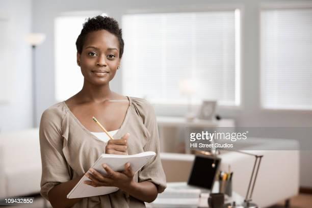 Afrikanische amerikanische Frau holding Laptop im home-office
