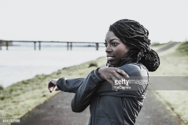 Afroamerikanische Frau dehnen vor dem Joggen