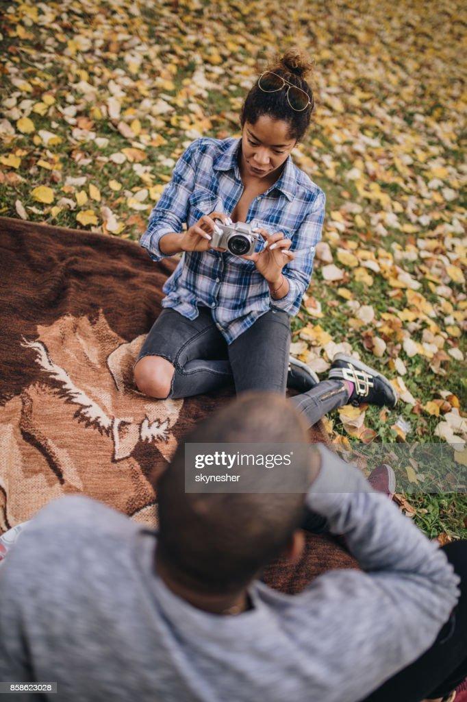 Afrikanische amerikanische Frau, ein Bild von ihrem Freund in der Natur. : Stock-Foto