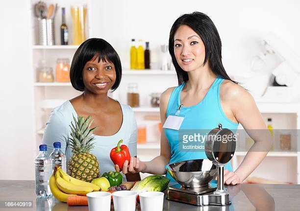 Afro-americana mulher sobre alimentação saudável opções com o profissional de saúde