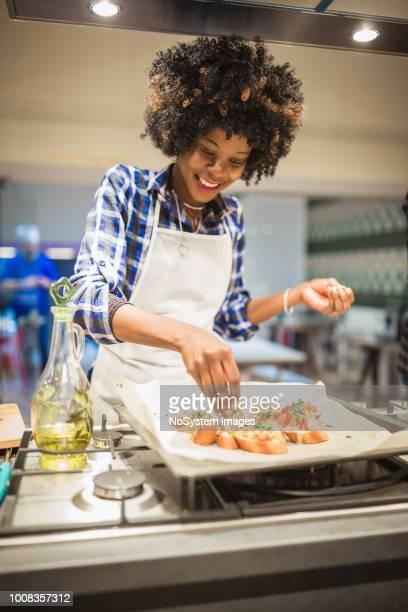mujeres afroamericanas en la clase de cocina - black cook fotografías e imágenes de stock