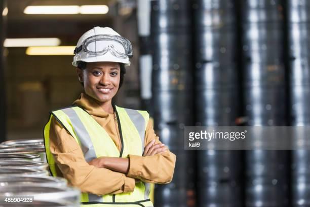 afro-americana trabalhador em armazém de armazenamento - capacete de obra - fotografias e filmes do acervo