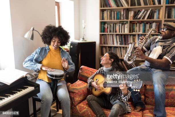 アフリカ、コーカサス地方の民族性バンドで一緒に楽しんで