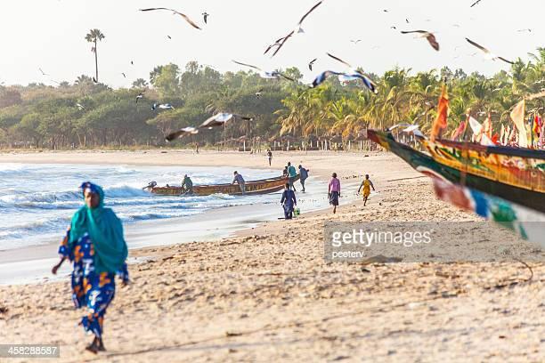 africana escena de la playa. - gambia fotografías e imágenes de stock