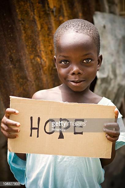 Africain garçon tenant un panneau «espoir» inscrit sur le