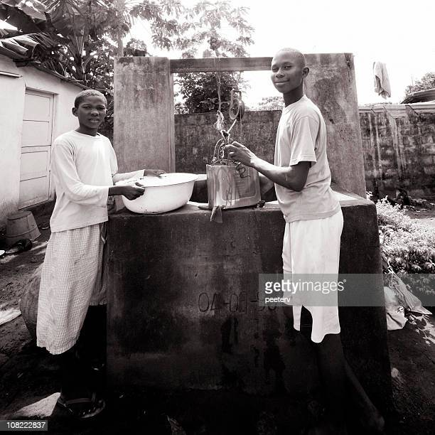 afrikanischen jungen auf die gut - hausa stock-fotos und bilder