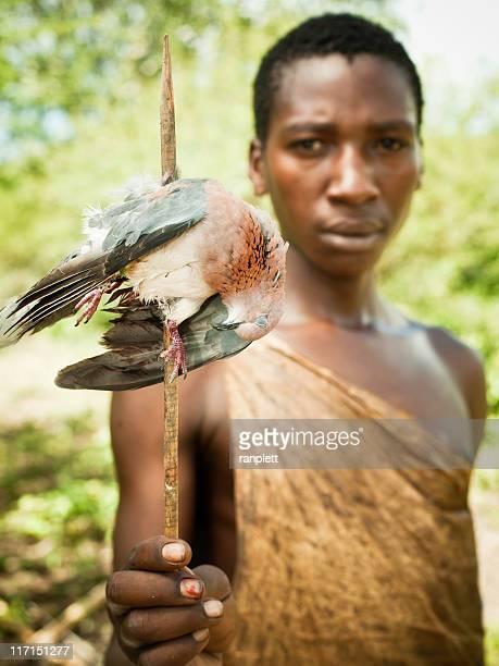 Africano mostrando sua presa Bushman Hunter