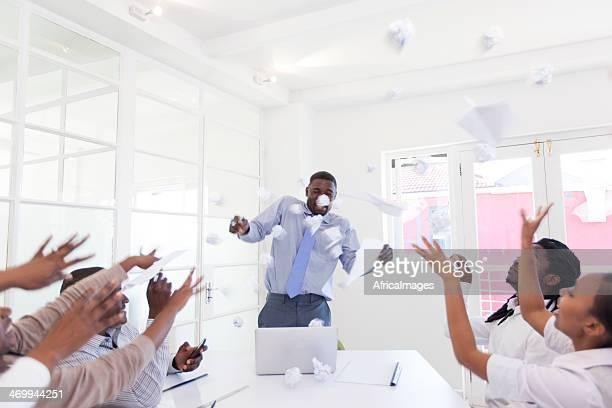 Afrikanischer Kollegen werfen Papier Bälle im superior-Zimmer