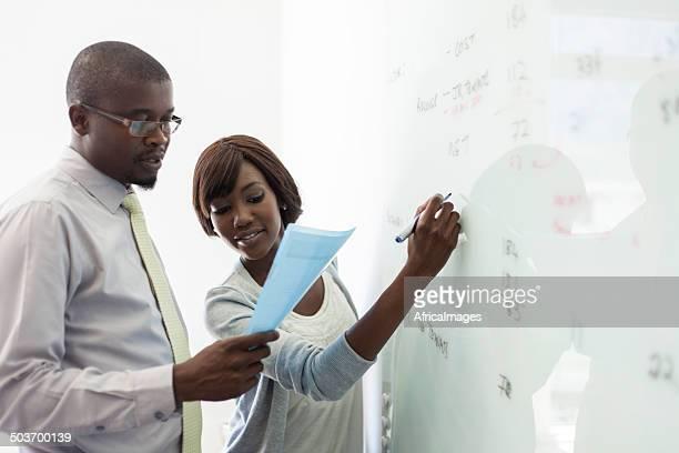 African collègues écrit sur le tableau blanc