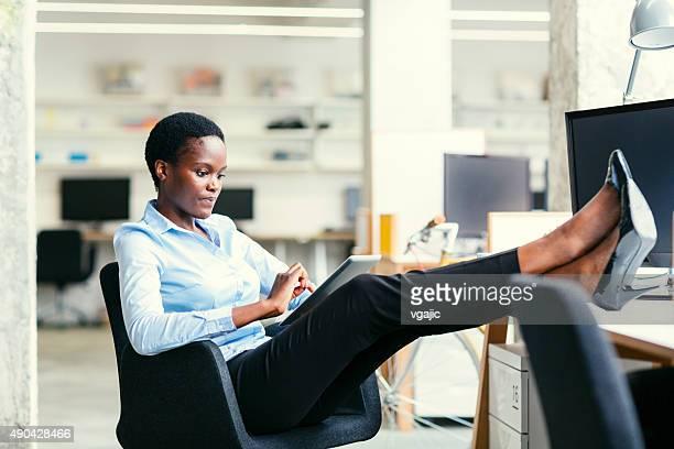 Africaine Femme d'affaires sur la pause-café.
