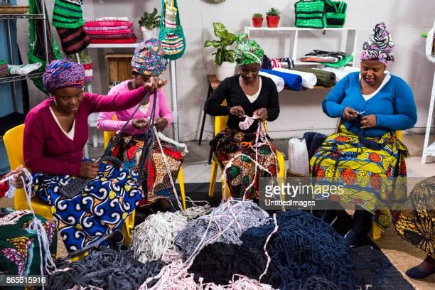 Afrikaanse zakenvrouw weven in winkel