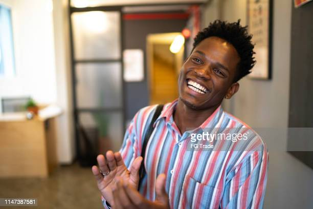 homme d'affaires africain applaudissant au congrès d'affaires et événement de présentation - launch event photos et images de collection