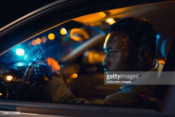 afrikaanse zakenman op zakenreis, rijden 's nachts. - na werktijd stockfoto's en -beelden