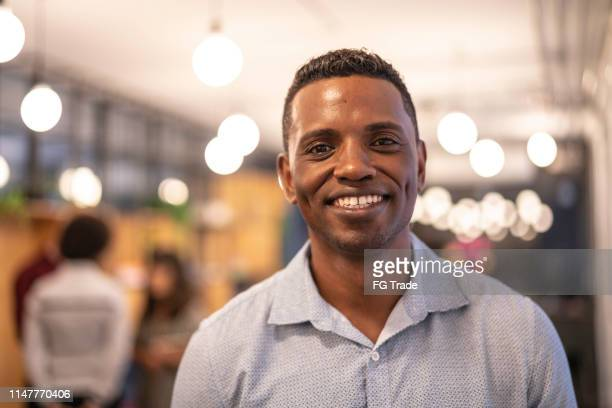 retrato africano do homem de negócios na empresa startup moderna - brasil - fotografias e filmes do acervo