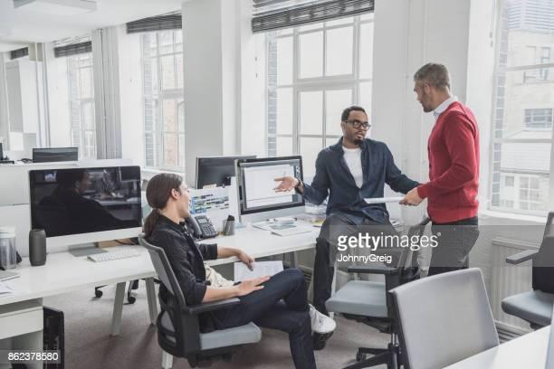 negocios africanos encogiéndose hacia colega masculino - encogerse de hombros fotografías e imágenes de stock