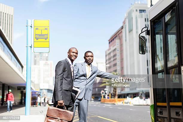 Afroamerikanischer Geschäftsmann hält der bus