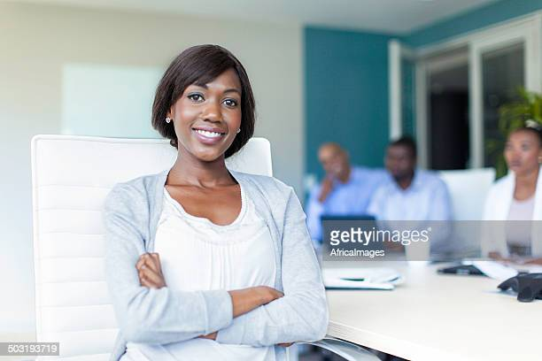 Africaine Femme d'affaires regardant à la caméra dans la salle de conseil