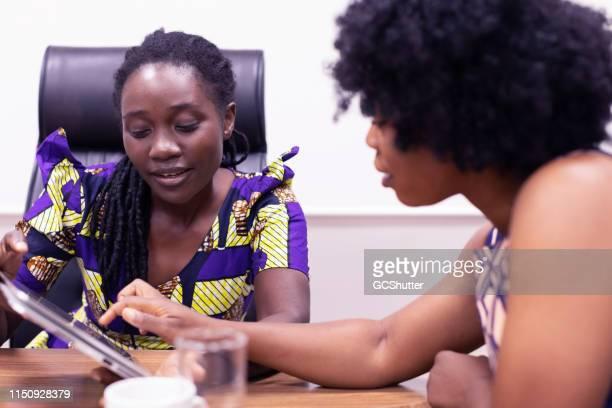 アフリカのビジネスウーマンオフィスでの販売実績のブレーンストーミング - ザンビア ストックフォトと画像